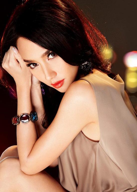 Aum được công nhận là nữ hoàng gợi cảm nhất làng giải trí Thái Lan. Với vô số hợp đồng quảng cáo và lời mời đóng phim có giá trị hàng chục triệu baht.