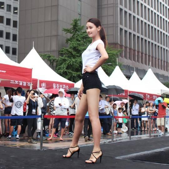 """Sau khi """"lột xác"""", Dong Hee phát huy thế mạnh chiều cao 1m81, trở thành người mẫu   quảng cáo và tham gia casting để nuôi ước mơ người mẫu chuyên nghiệp."""