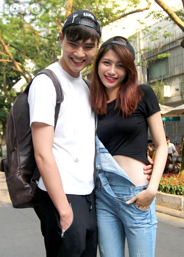 Quán quân VNTM 2014 Quang Hùng vừa có chuyến công tác Hà Nội cùng bạn gái Quỳnh Châu. Cặp đôi trai xinh gái đẹp xuất hiện cùng nhau với vẻ ngoài khỏe khoắn đầy ăn ý.
