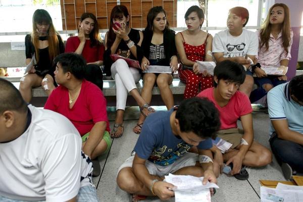 Quân đội Thái Lan có quy định đặc biệt về việc thực hiện nghĩa vụ quân sự của nam giới   trên 21 tuổi. Ngoài những người tình nguyện nhập ngũ, quân đội sẽ bốc thăm ngẫu nhiên   tại các trung tâm tuyển tân binh trên khắp đất nước.