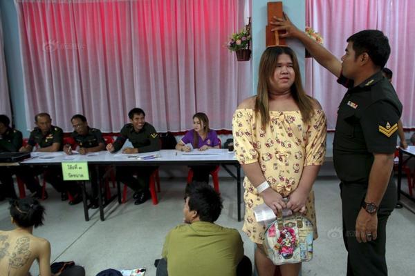 Sivakorn, một người chuyển giới 21 tuổi, đang được kiểm tra chiều cao trong một buổi sơ   tuyển tân binh tại một trường học ở Bang Na, Bangkok hôm 3/4.