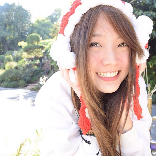 Cô nàng trở nên nổi tiếng trên mạng Thái Lan và Trung Quốc không chỉ bởi diện mạo   cuốn hút mà còn bởi tính cách nhí nhố hài hước của mình.