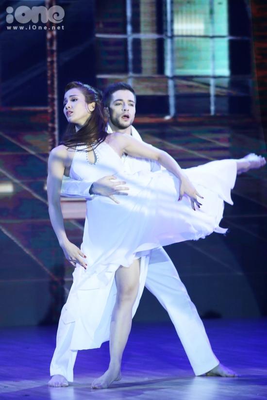 Nữ diễn viên trình diễn điệu Rumba và múa đương đại.