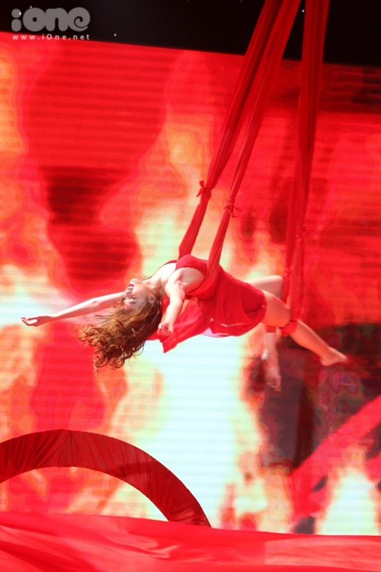 """""""Cô Lụa"""" cũng mạo hiểm thực hiện màn ngã người và quay nhiều vòng trên cao. Nữ diễn viên chỉ giữ thăng bằng bằng hai sợi dây hờ hững mà không có thiết bị bảo hộ."""