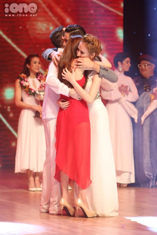 """Trong liveshow cuối, cả Lan Ngọc và Angela Phương Trinh đều giành được số điểm giám khảo ngang nhau. Tuy nhiên, sở hữu lượt bình chọn nhỉnh hơn (31% so với 29%), Lan Ngọc chính thức trở thành """"Nữ hoàng khiêu vũ"""" mùa thứ 5."""