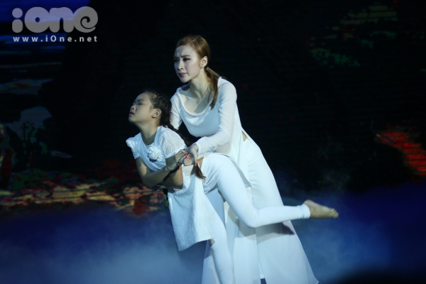 Angela Phương Trinhhóa thân thành người vợ đau đớn nhìn thấy người chồng đã hy sinh của mình trở về trong bộ phimMộ gió.