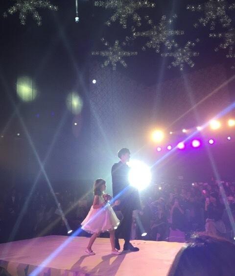 """Trong buổi tiệc cuối năm của công ty, Đại Vỹ nắm tay em gái bước lên sân khấu như trình   diễn thời trang. Anh đăng ảnh cùng lời nhắn trên Weibo: """"Cho đến khi em trưởng thành,   anh sẽ luôn nắm tay em""""."""