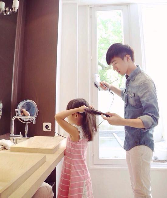 """Anh chàng thường đăng ảnh cùng em gái với những câu chuyện nhỏ như: """"Hôm nay em gái   hỏi tôi, tại sao điều hòa thổi gió lạnh còn máy sấy tóc lại thổi gió nóng, tôi không trả lời   nổi""""."""