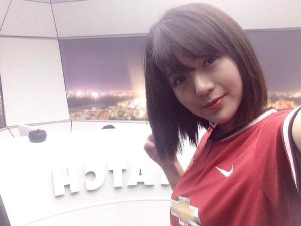 """Tú Linh là một người yêu bóng đá và rất mê đội bóng """"Quỷ đỏ"""". Không khó để bắt gặp những status cổ vũ, những hình ảnh trong màu áo của Man United trên trang cá nhân. Tú Linh từng được đặt chân tới sân Old Trafford chứng kiến một số trận đấu của MU, thỏa niềm mong ước từ bé."""