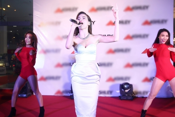 Tuy mới kết thúc đêm diễn xuyên Việt,giọng ca và thần thái của Hồ Ngọc Hàtrên sân khấu vẫn phong độ và khiến nhiều người mến mộ.