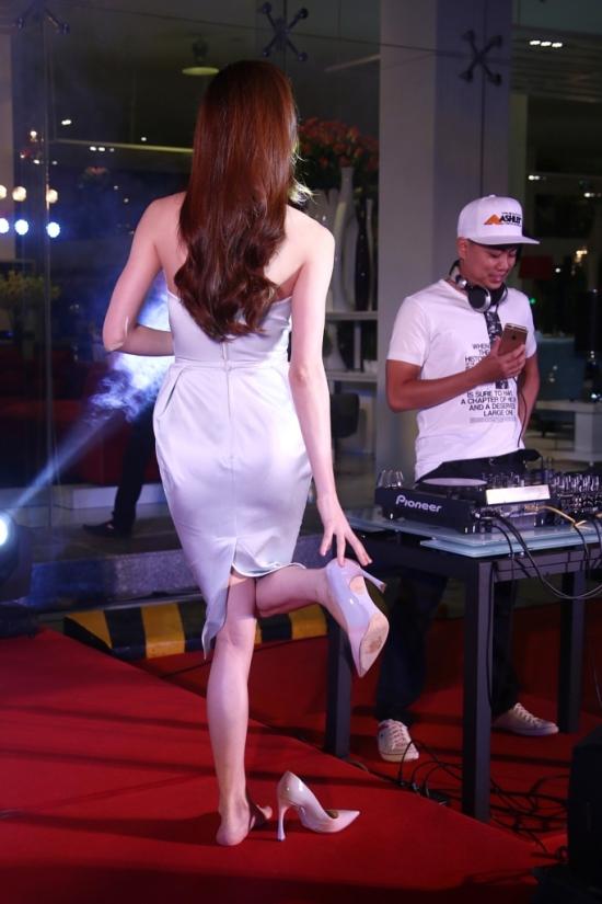 Gần cuối chương trình, Hồ Ngọc Hàgửi tặng quan khách tham dự nhiềuca khúc nổi tiếng của mình. Nữ ca sĩ không ngần ngạicởi giày ra để nhảy trong một ca khúc sôi động.
