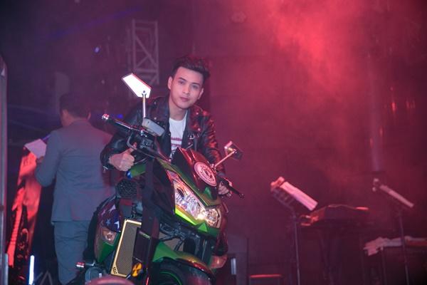 Tối ngày 17/4, Hồ Quang Hiếu gây bất ngờ cho người hâm mộ khi cưỡi chiếc mô tô có giá 500 triệu ra sân khấu buổi họp báo ra mắt MV