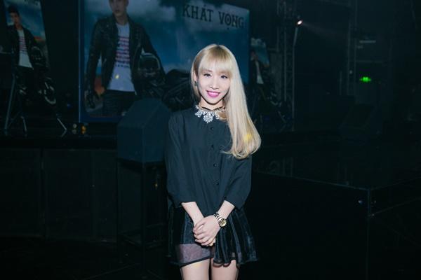 Hằng Bing Boong lặng lẽ đến chúc mừng nam ca sĩ ra mắt MV thành công.
