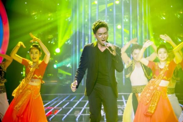 Khương Ngọc hóa thân thành A.R.Rahman và hátca khúc Jaiho bằng tiếng Ấn Độ.