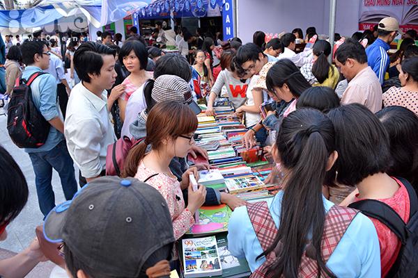 """Ngày 18/4, """"Ngày sách Đà Nẵng"""" năm 2015 diễn ra trong khuôn khổ Ngày sách Việt Nam lần hai. Lần đầu tiên được tổ chức, ngày hội đã thu hút hàng ngàn lượt bạn trẻ đến thăm quan, mua sắm và trao đổi sách tại công viên 29-3."""