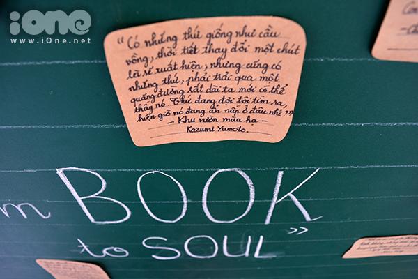 Những trích dẫn được yêu thích từ các tiểu thuyết, tập truyện& được viết lên giấy màu, đính trên một tấm bảng lớn nhằm giới thiệu, làm lan tỏa niềm đam mê sách ở mọi người.
