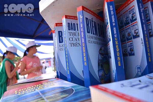 Những kệ sách về biển đảo, Hoàng Sa, Trường Sa được sắp xếp nghệ thuật, trưng bày ấn tượng&