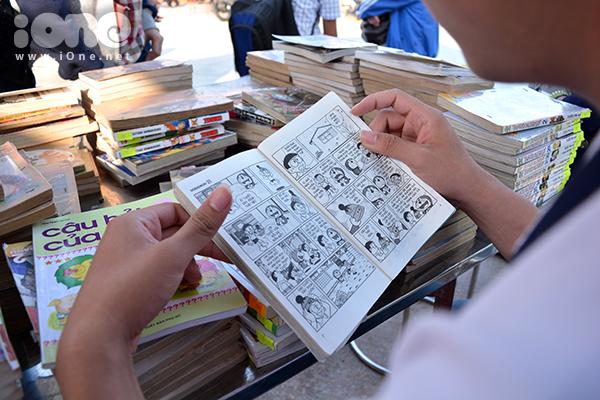 Gian hàng trao đổi sách, truyện cũ của CLB Sống để yêu thương đưa các teen, các bạn ết-vê trở về tuổi thơ bằng những cuốn truyện có giấy đã ngả màu, được lưu giữ từ các 8x, 9x.