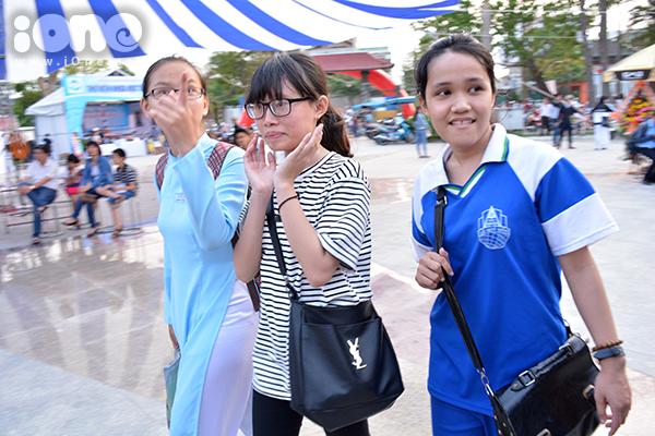 Nhiều teen đến ngày hội sách sau giờ học.