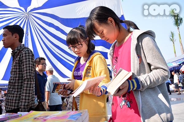 Đội nắng, xem sách một cách say mê.