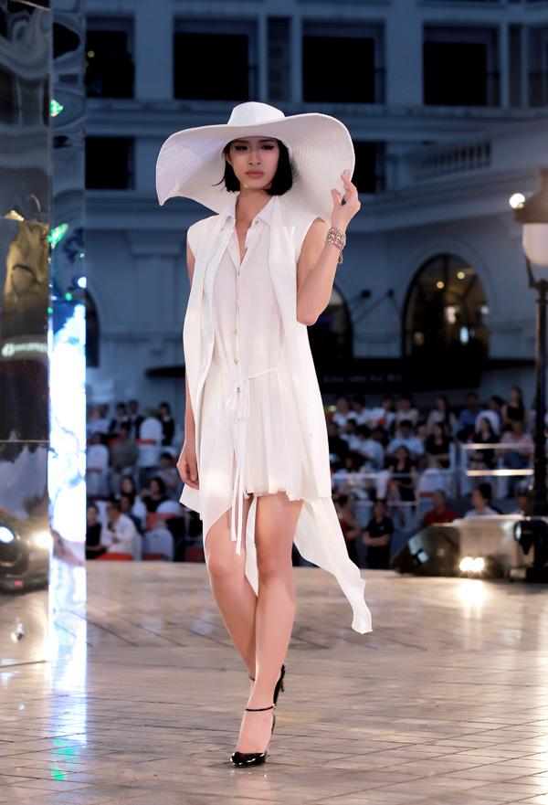 """Bộ sưu tập của Lê Thanh Hòa có tên """"Look at me"""", sử dụng những đường cắt tinh tế, táo bạo, pha trộn các chất liệu vải khác biệt để tạo nên tổng thể ngẫu hứng mà vẫn hài hòa."""