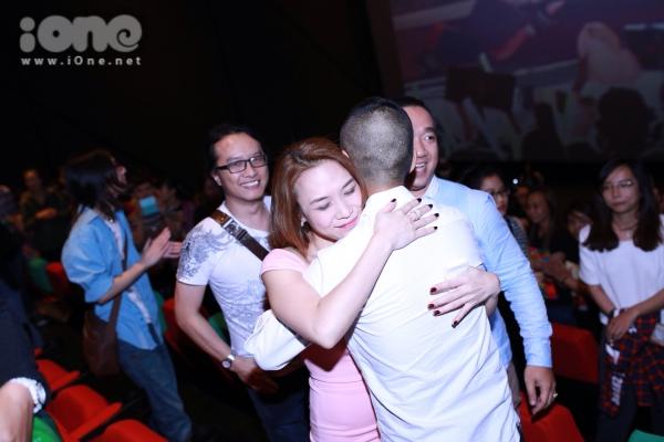 Sau khi đoạn trình chiếu vừa kết thúc, nữ ca sĩ xúc động ôm chầm những người bạn của mình vì không kìm được nước mắt.