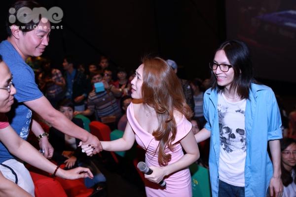 Nhiều bạn bè bắt tay chúc mừng nữ ca sĩ.