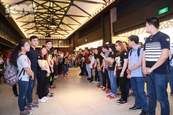 Dù 2h chiều mới diễn ra buổi công chiếu, thế nhưng, từ 12h trưa hàng trăm người hâm mộ đã xếp hàng trật tự tại sảnh nơi tổ chức sự kiện để chờ thần tượng.