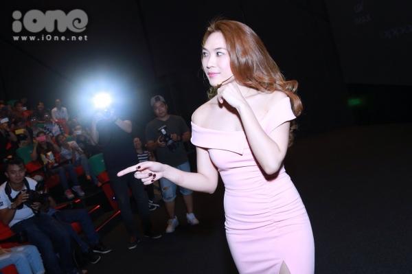 Nữ ca sĩ tự làm MC giới thiệu cho buổi trình chiếu DVD của mình trong tiếng hò reo cổ vũ của ans.