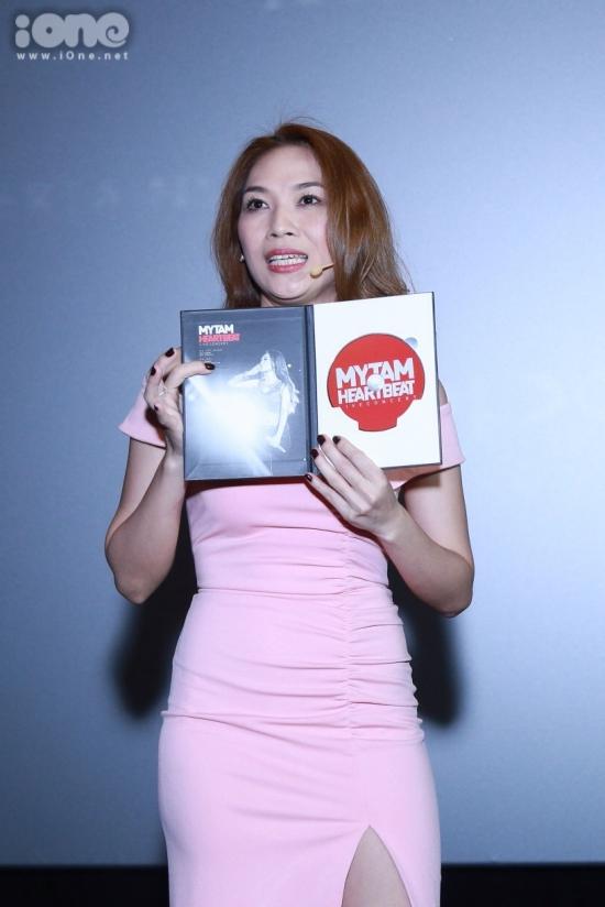 Dịp này, Mỹ Tâm giới thiệu kỹ lưỡng về DVD live concert 'Heart beat'. Cuốn DVD có giá bán 300.000 đồng chứa rất nhiều hình ảnh đẹp của cô trong đêm nhạc và có thời lượng hơn 4 tiếng.