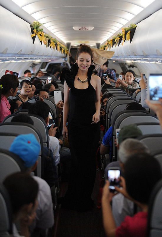 Sự xuất hiện của Jennifer Phạm trong bộ váy đen lộng lẫy khiến tất cả các hành khách đều bất ngờ.Nhiều hành khách thích thú và bất ngờ vì được tận mắt xem một show diễn thời trang
