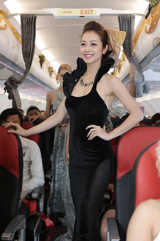 Đây không phải là lần đầu tiên mà một show thời trang được tổ chức trên một chuyến bay, vì trong thời gian Tuân Lễ Thời Trang Paris 2012, thương hiệu thời trang đình đám Chanel đã từng ra mắt BST Haute Couture 2012 trên một chuyến bay. Tuy nhiên, đây là lần đầu tiên một show diễn thời trang với những mẫu trang phục dạ hội ấn tượng được tổ chức trên một chuyến bay tại Việt Nam.