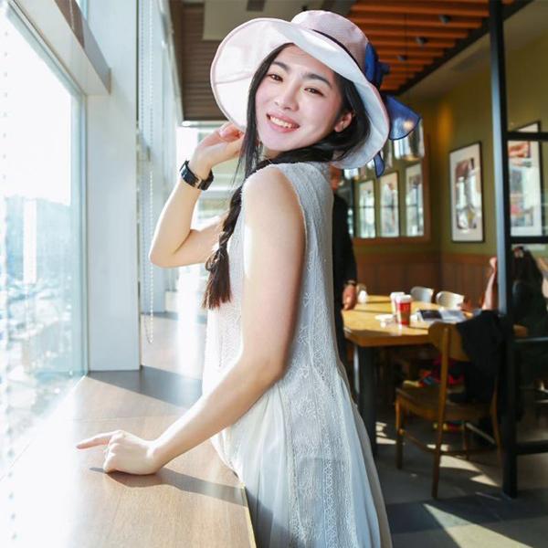 Năm 13 tuổi, Đinh Uyển Trữ đã cao 1m72. Cô bé tham gia lớp đào tạo người mẫu của thành phố Tự Cống và nuôi ước mơ được sải bước trên sàn catwalk.