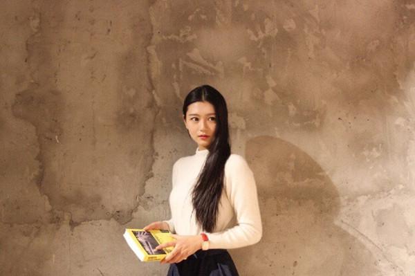 Với chiều cao nổi bật và gương mặt ưa nhìn, Uyển Trữ được truyền thông Trung Quốc hết lời ca ngợi. Người đẹp trẻ tuổi cũng nhận được nhiều lời mời làm mẫu, quảng cáo.