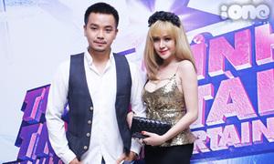 Bà Tưng đeo bờm công chúa đi xem ca nhạc cùng anh trai
