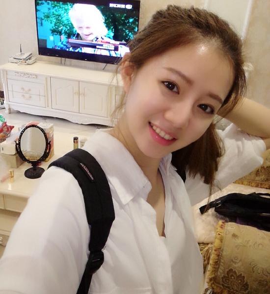 Đinh Khả Nhi, sinh ngày 1/8/1996, được nhiều trang mạng Trung Quốc khen ngợi hết lời   bởi nhan sắc tự nhiên, vẻ đẹp trong sáng.