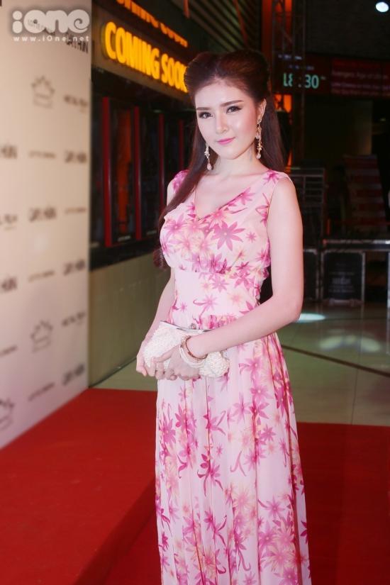 Tối ngày 27/4, bộ phim kinh dị Việt - Thái đã có buổi ra mắt tại TP HCM. Lilly Luta đã đưa bố mẹ từ quê vào để cùng cô đến tham dự ngày ra mắt phim điện ảnh lần đầu cô thủ vai chính. Được biết, bố mẹ của cô đã di chuyển suốt 12 tiếng đồng hồ từ Nha Trang vào TP HCM để xem phim của con gái.