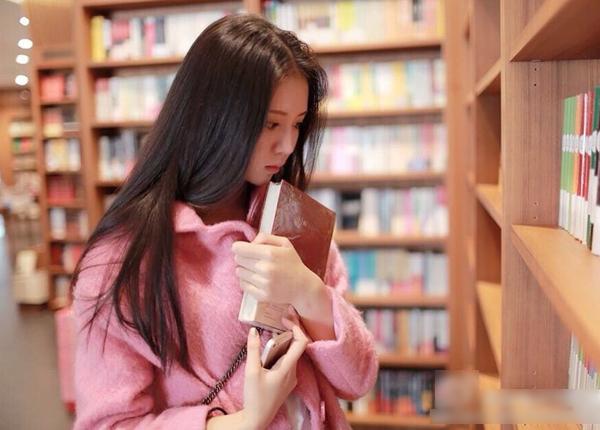 Theo ifeng, Đinh Khả Nhi học trường trung học thuộc ĐH Sư phạm Hồ Nam, đạt thành   tích nằm trong top 3 của kỳ thi đầu vào các trường nghệ thuật tỉnh Hồ Nam. Năm nay,   Đinh Khả Nhi sẽ tham gia kỳ thi tuyển sinh vào khoa diễn xuất.