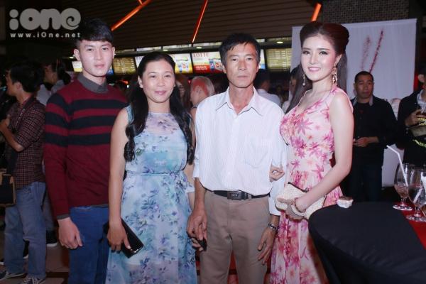 Bố mẹ cùng em trai cùng tham dự ủng hộ tinh thần cho Lilly Luta