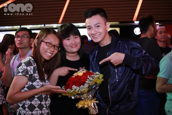 Fans nữ chuẩn bị hoa và quà đến chúc mừng dũng sĩ bắt ma Ngô Kiến Huy.