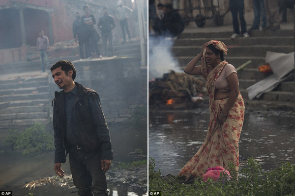 Nỗi đau của người còn sống khi phải đưa tiễn thân nhân trong lễ hỏa táng ở đền   Pashupatinath, bên bờ sông Bagmati.