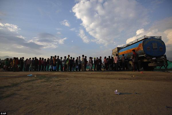 Hàng nghìn người dân Nepal vật vã ngoài trời không dám về nhà vì sợ dư chấn động đất. Đám đông xếp hàng nhận nước, lều bạt, hàng cứu trợ.