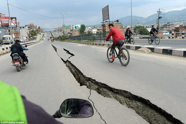 Con đường nứt toác ở thành phố Kathmandu.