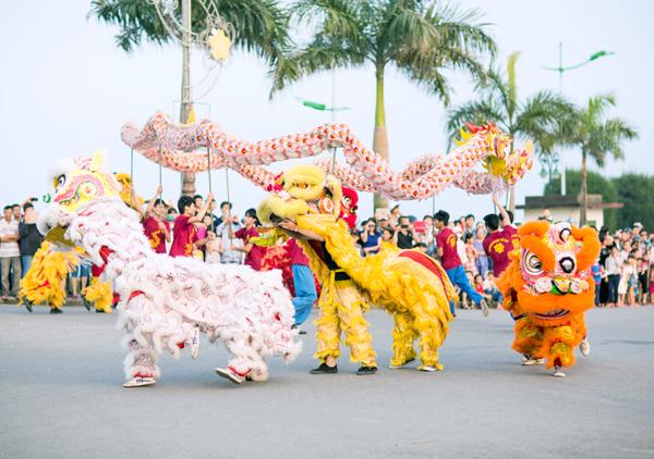Ngoài các hoạt động hóa trang, diễu hành, các đội múa còn mang đến những màn trình diễn đầy sôi động để chào mừng tuần lễ du lịch.