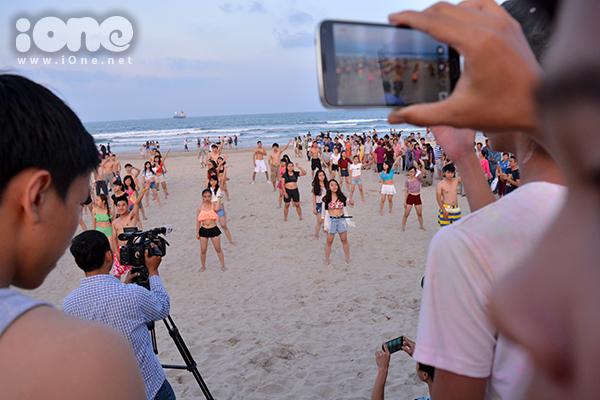 Giẫm những đôi chân trần lên cát biển, hàng trăm bạn trẻ Đà Nẵng quẩy tưng bừng trên bãi biển Phạm Văn Đồng, TP. Đà Nẵng vào chiều 26/4, trong chương trình flashmob bikini chào mừng mùa du lịch biển.