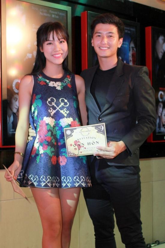 Huỳnh Anh tháp tùng bạn gái Hoàng Oanh đến xem phim ma.