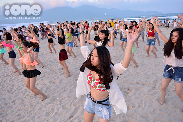 Với chủ đề Sóng, nhằm hướng đến sự Lan tỏa và Kết nối, hơn hai trăm bạn tình nguyện viên đã tập luyện trong gần một tháng để ra mắt những màn vũ đạo cuốn hút.