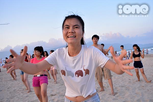 Bạn trẻ phấn khích trước sự quan tâm của hàng nghìn người, chen chân đông nghẹt ở bãi biển.