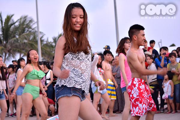 Các bạn leader ở hàng đầu tiên nhảy múa nhiệt tình, khấy động hàng trăm bạn ở phía sau.