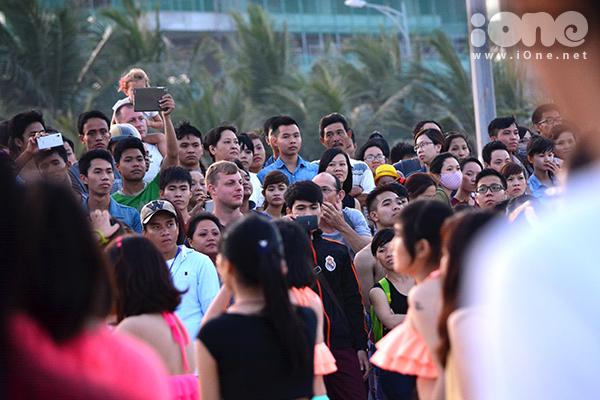 Nhiều người nước ngoài chăm chú theo dõi hoạt động hoạt náo cộng đồng này.